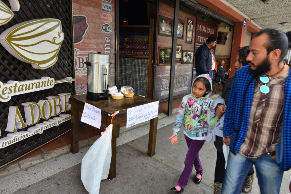 El restaurante colocó una cafetera como cortesía por el frío. (Foto: Jesús Alfonso/Soy502)