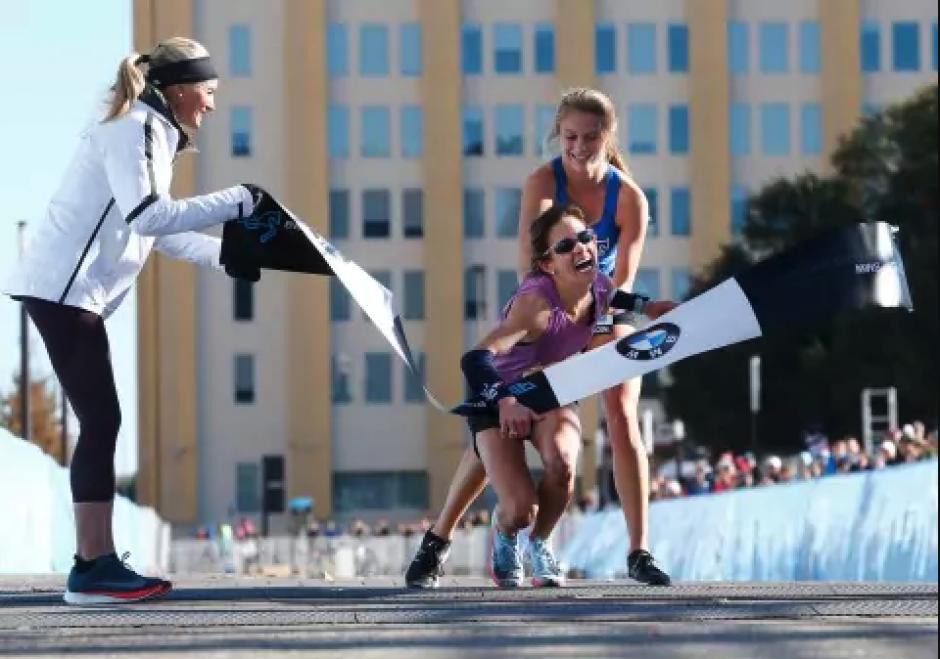 Self lideraba la carrera cuando perdió el control de sus piernas.  (Foto: Infobae)