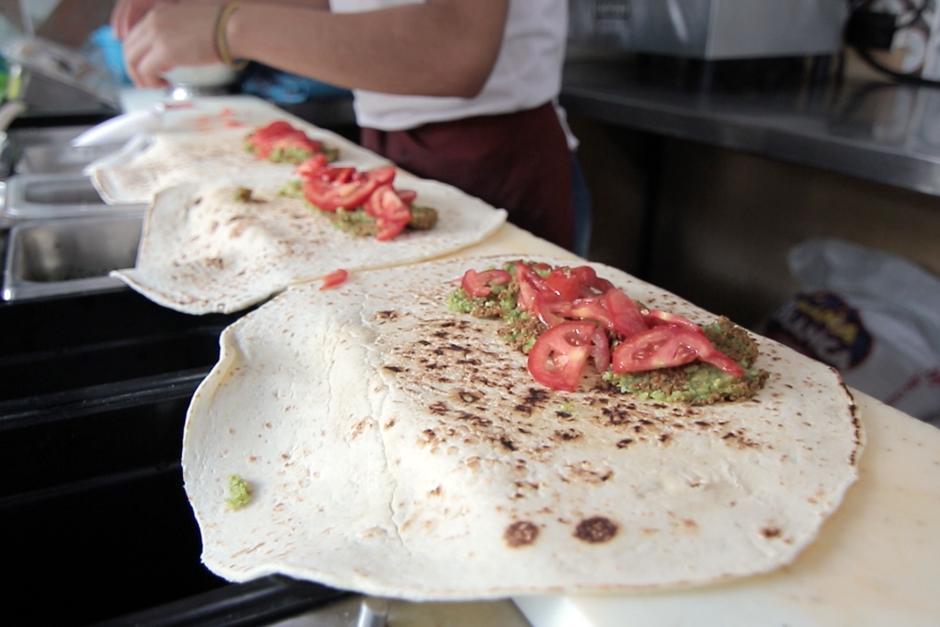 Los falafels de garbanzo son algunos de sus platos estrella. (Foto: Alejandro Balán/Soy502)