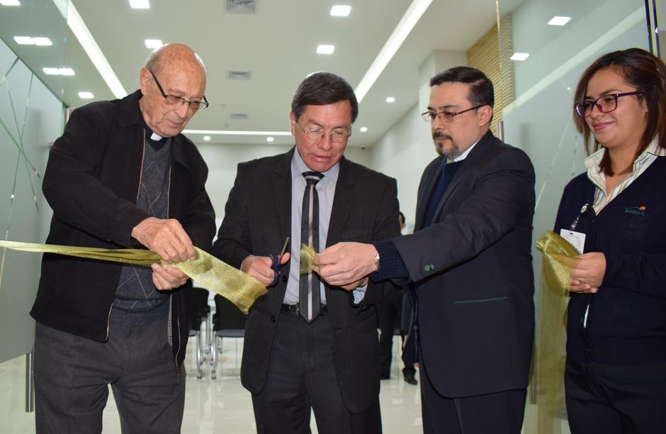 Edgar Búcaro, gerente de general de Banrural, corta el listón de inauguración. (Foto: cortesía Banrural)
