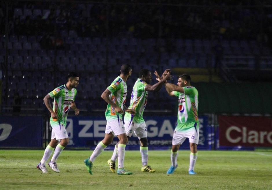 Así celebraron los panzas verdes el gol que les dio la victoria. (Foto: Fredy Hernández/Soy502)