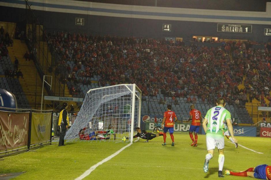 Así ingresó el gol a la portería roja. (Foto: Fredy Hernández/Soy502)