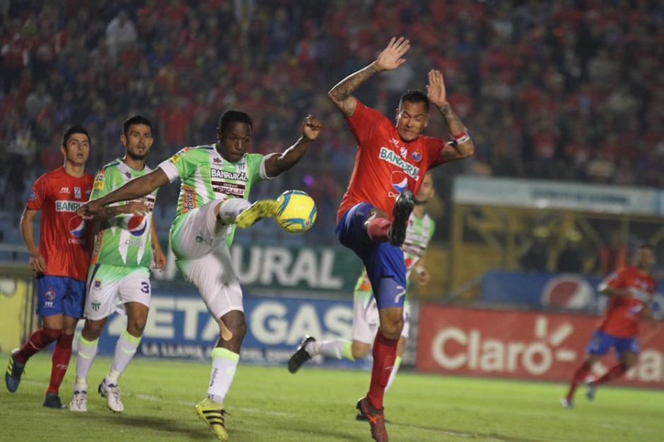Roberto Carlo Peña y Gaston Puerari pelean un balón. (Luis Barrios/Soy502)