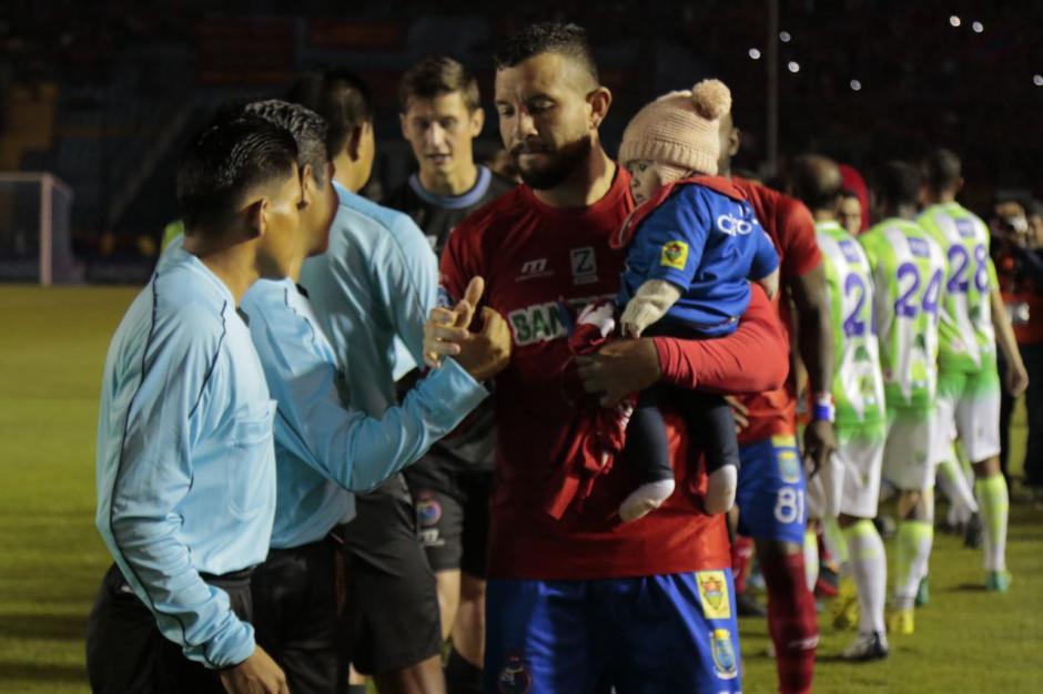Hamilton López saludó a los árbitros mientras cargaba a su pequeña. (Foto: Alejandro Balán/Soy502)