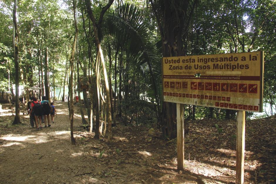 En el sendero se encuentran varias indicaciones de convivencia e información general. (Foto: Fredy Hernández/Soy502)