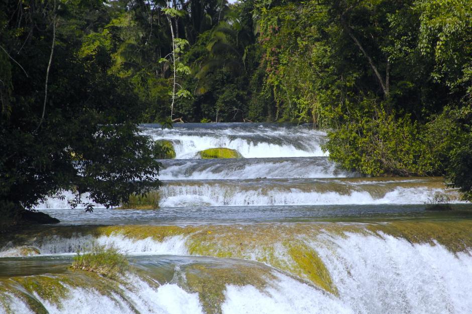 Hay cerca de seis caídas de agua, pero la principal es la más alta. (Foto: Fredy Hernández/Soy502)