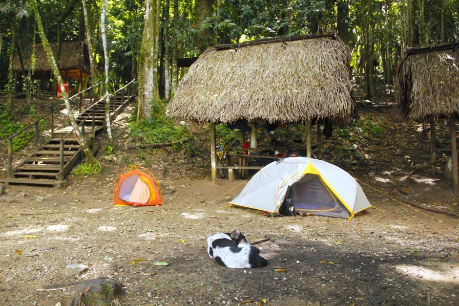 Hay algunos ranchos que cuentan con mesas para que puedas dejar tus cosas en un lugar seguro. (Foto: Fredy Hernández/Soy502)