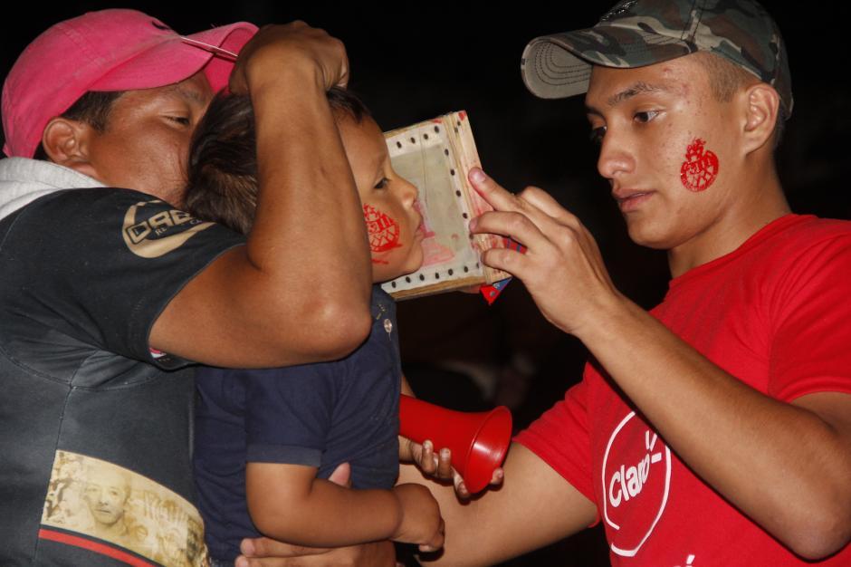 Los aficionados se dejaban pintar las mejillas con el escudo de Municipal. (Foto: Fredy Hernández/Soy502)