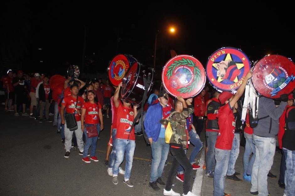 La porra roja llegó en grupo e ingresó por la puerta 1 de la general sur. (Foto: Fredy Hernández/Soy502)