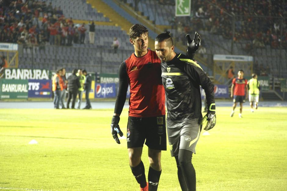 Nicholas Haggen y Adrián de Lemos se saludaron durante el calentamiento. (Foto: Fredy Hernández/Soy502)