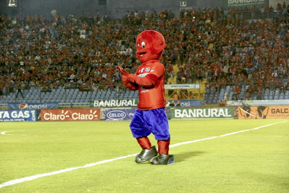 Flamita volvió a animar a la afición de Municipal que llenó el estadio nacional. (Foto: Fredy Hernández/Soy502)