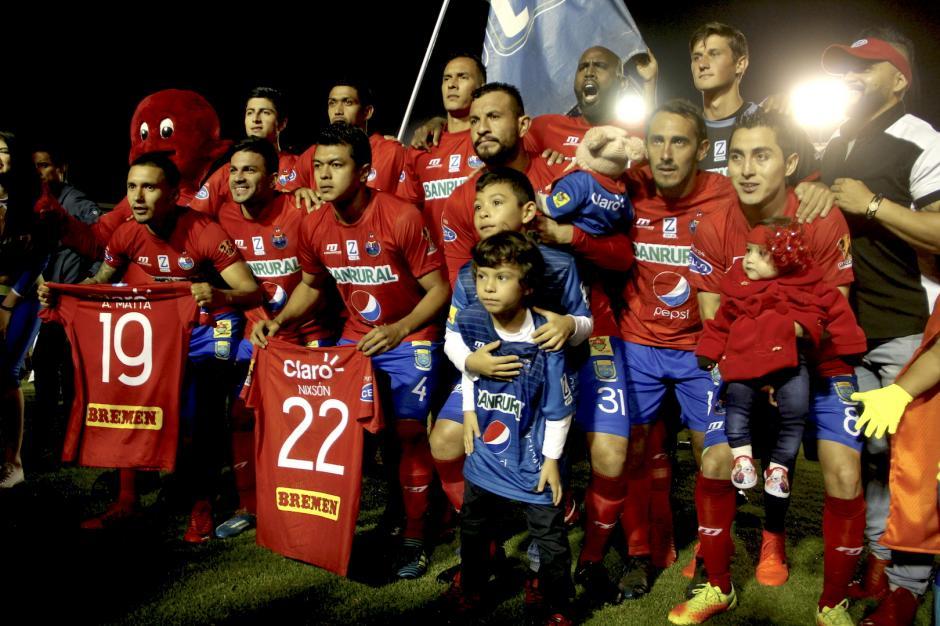 El cuadro titular de Municipal salió con las camisetas de Alexis Mata y Nixsón Flores antes de empezar el encuentro. (Foto: Fredy Hernández/Soy502)