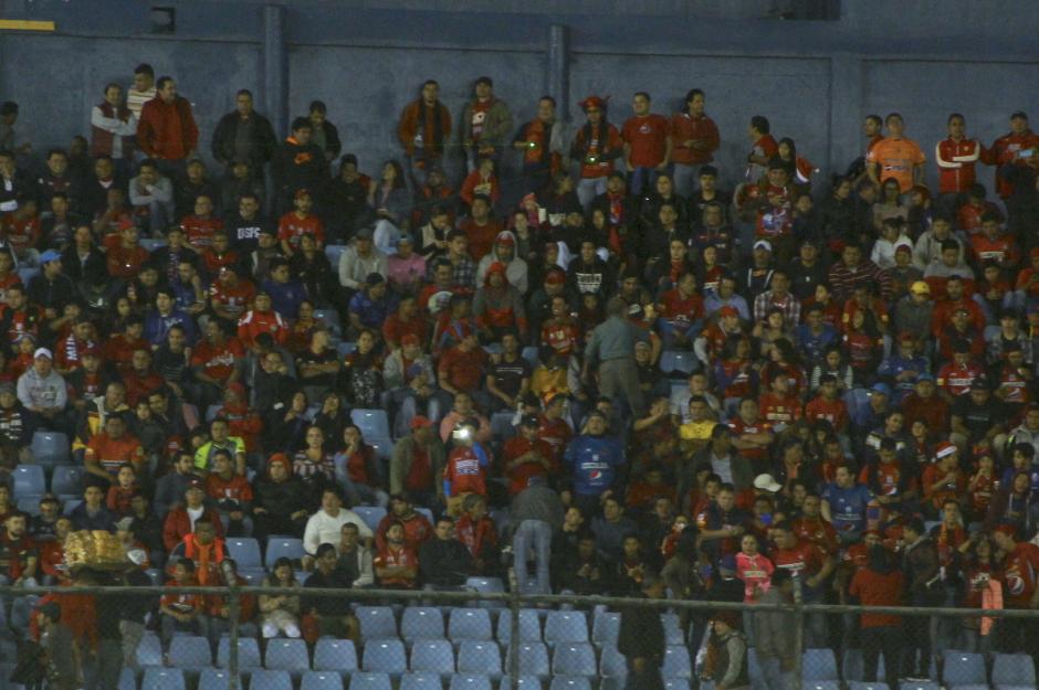 Dos aficionados ubicados en la general sur utilizaron rayos láser para incomodar a los jugadores visitantes. (Foto: Fredy Hernández/Soy502)