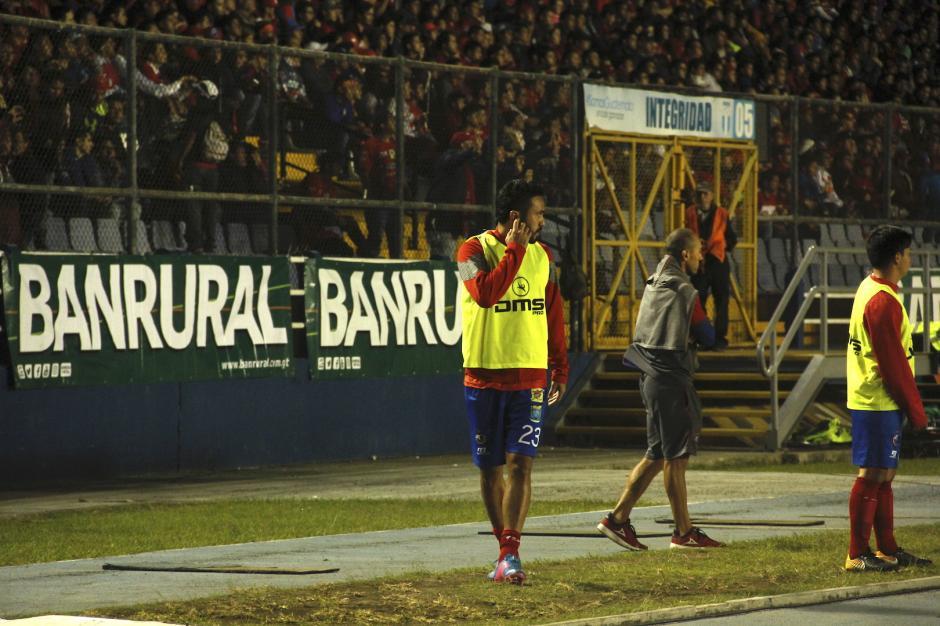 Carlos Kamiani Félix calentaba mientras observaba el desempeño de su equipo. Entró al segundo tiempo. (Foto: Fredy Hernández/Soy502)