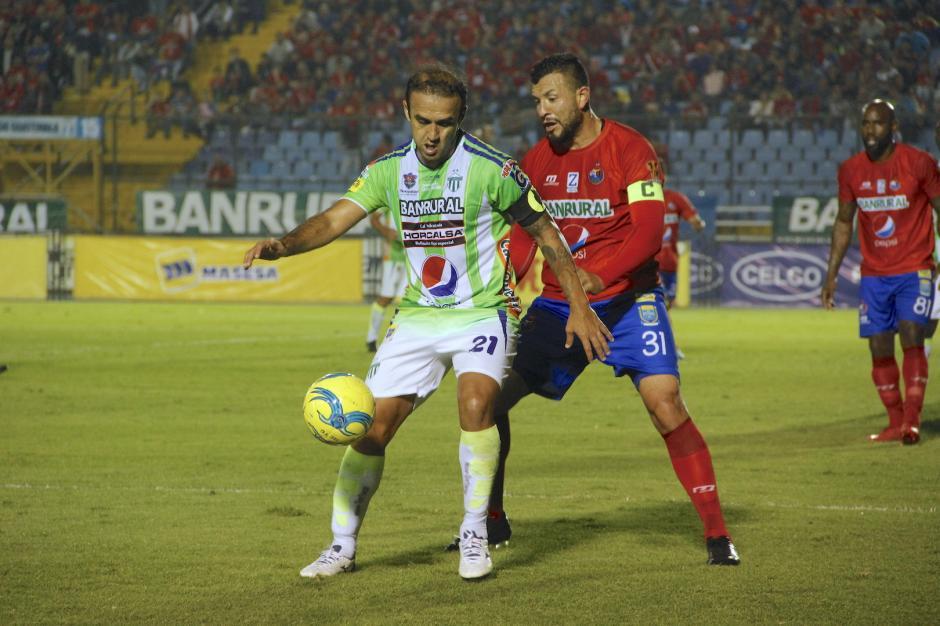 Los capitanes, José Manuel Contreras y Hamilton López, tuvieron varios pasajes de jugadas cerradas. (Foto: Fredy Hernández/Soy502)
