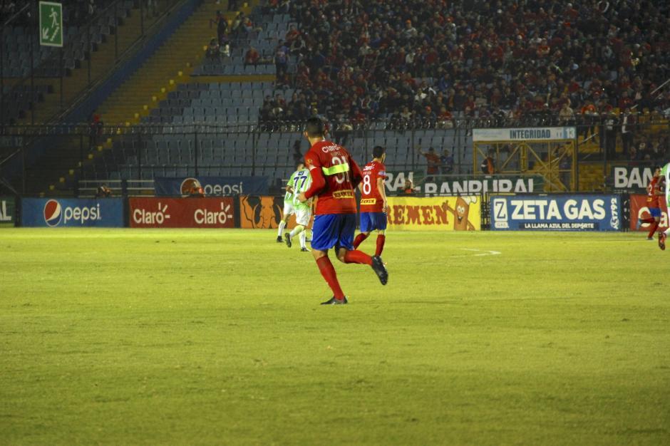 El gafete de capitán de Hamilton López se despegó y así jugó algunos minutos hasta que se lo acomodó. (Foto: Fredy Hernández/Soy502)