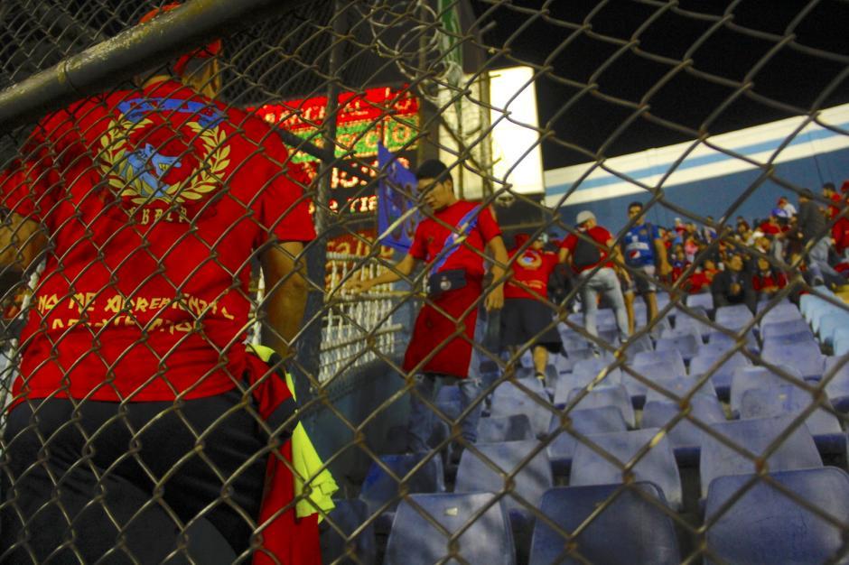 Elementos de la porra de Municipal tomaron medidas para una nueva manta. (Foto: Fredy Hernández/Soy502)
