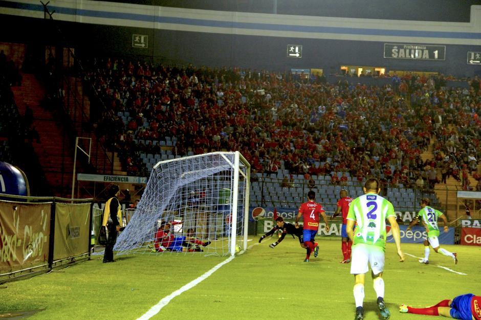 La jugada del gol de Antigua estuvo enredada, pero el balón atravesó la línea final. (Foto: Fredy Hernández/Soy502)