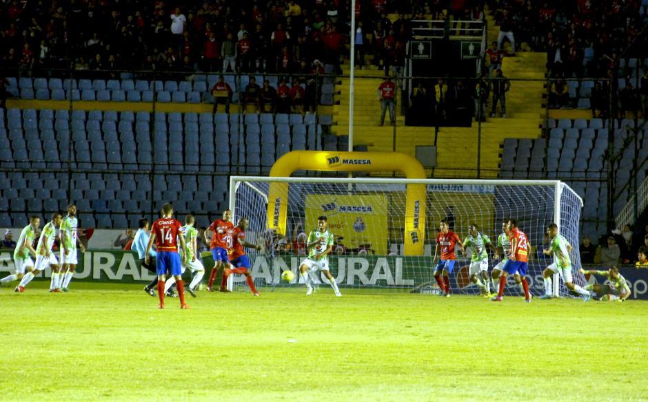 Felipe Baloy disparó para anotar a puerta abierta y empatar el partido. (Foto: Fredy Hernández/Soy502)