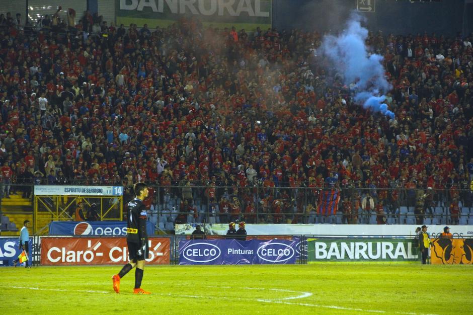 La afición alentó de principio a fin a su equipo desde los graderíos. (Foto: Fredy Hernández/Soy502)