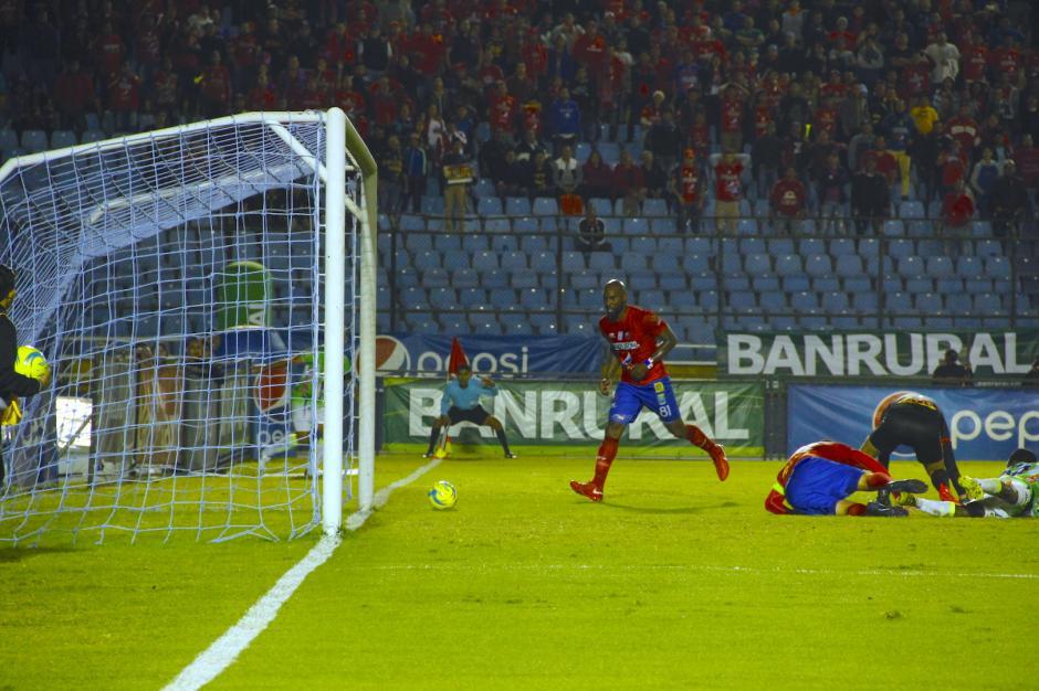 El propio Baloy estuvo a punto de anotar otro autogol, pero el balón se fue desviado. (Foto: Fredy Hernández/Soy502)