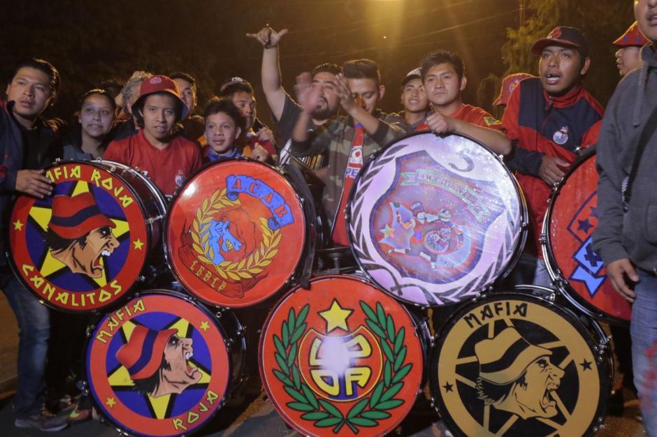 Los encargados de animar a la afición llevaron todos sus instrumentos para amenizar los cánticos. (Foto: Alejandro Balán/Soy502)