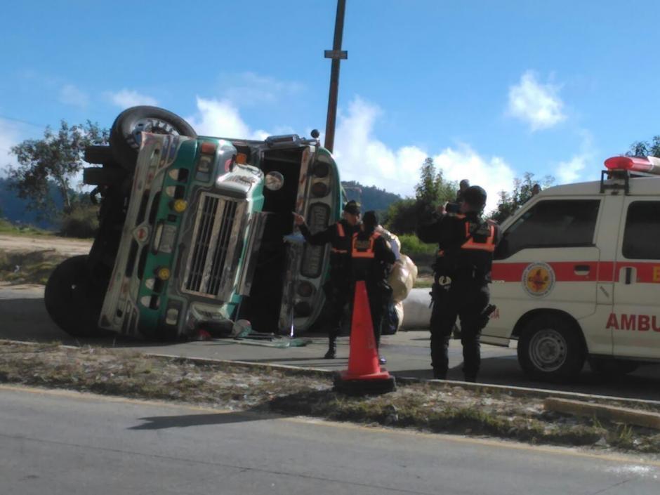 Así quedó el bus del transporte colectivo que volcó en el kilómetro 99 ruta Interamericana. (Foto: Bomberos Voluntarios)