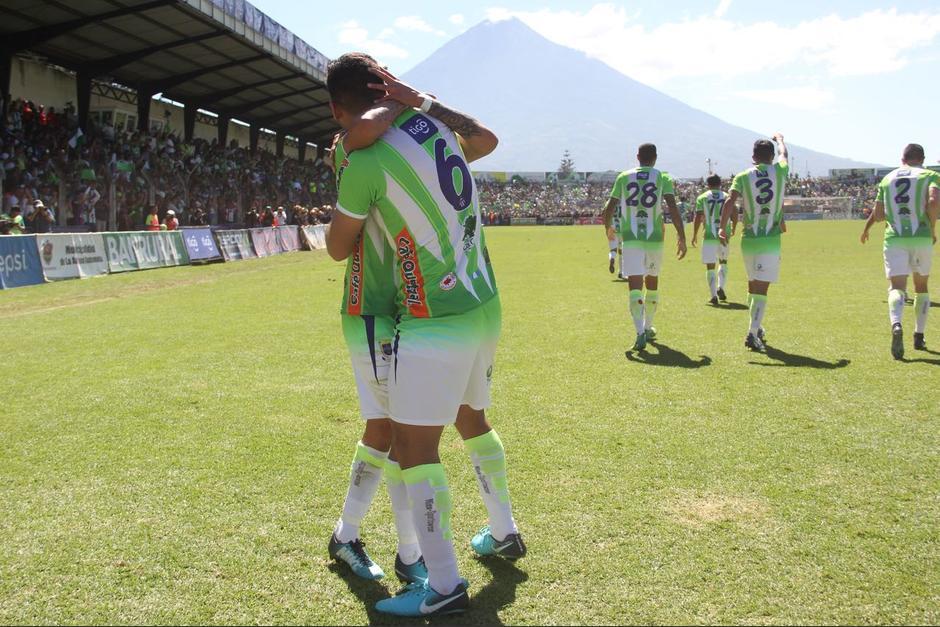 Los jugadores panza verde celebran el primer gol de la final. (Foto: Fredy Hernández/Soy502)