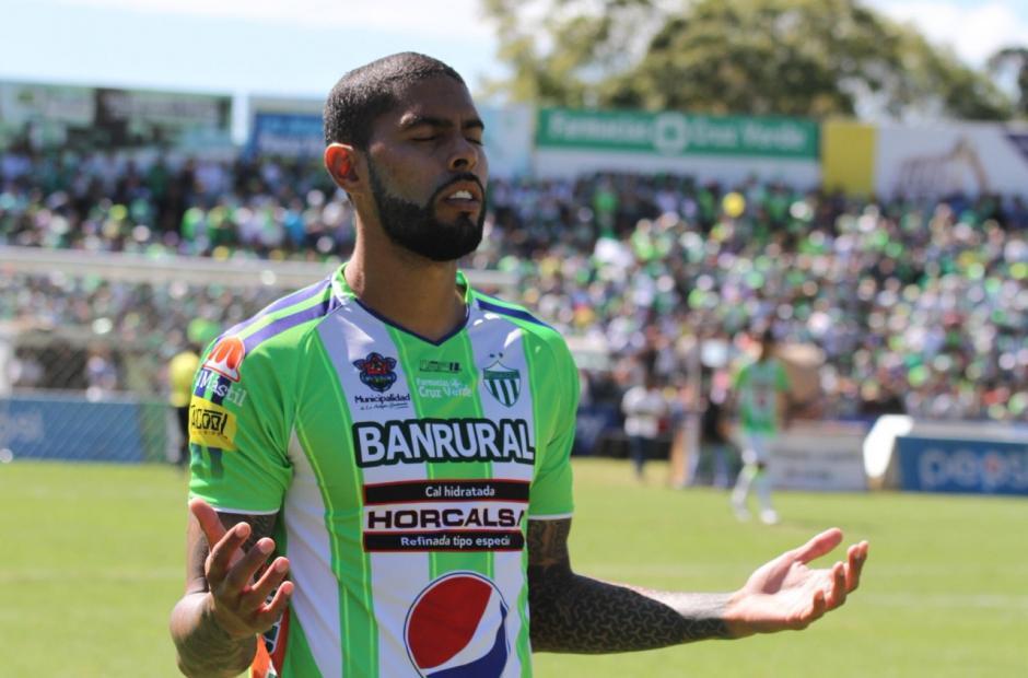 El autor del gol celebra el tanto. (Foto: Luis Barrios/Soy502)