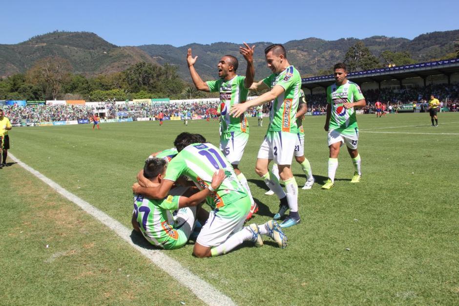 El gol de Gambetita Díaz vuelve a poner a su equipo por delante en el marcador. (Foto: Fredy Hernández/Soy502)