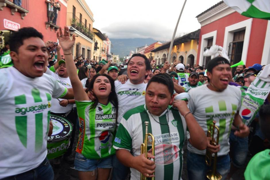Los aficionados disfutaron de la victoria por las calles de la ciudad colonial. (Foto: Jesús Alfonso/Soy502)