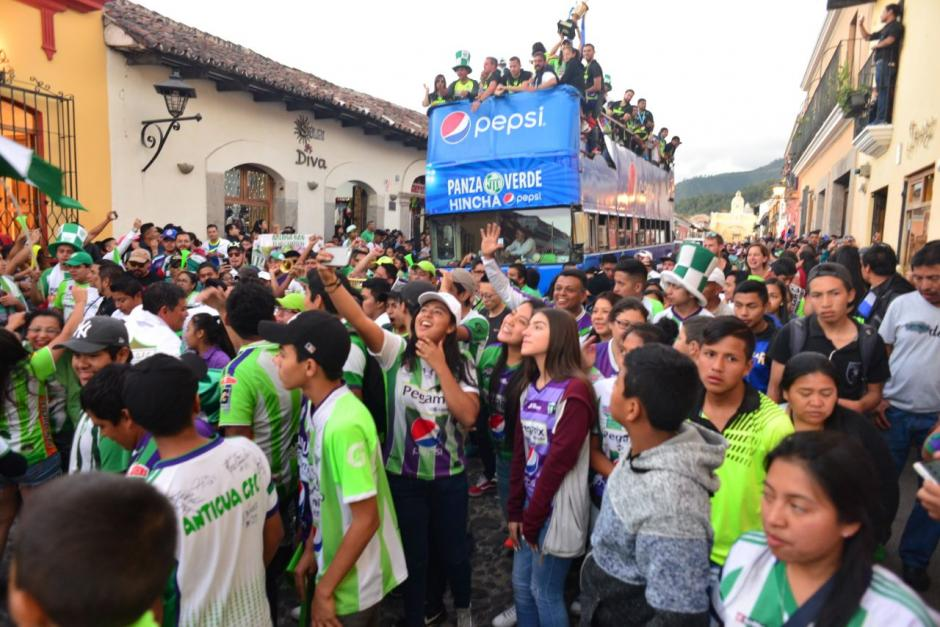El autobús trasladó al equipo hasta el Parque Central. (Foto: Jesús Alfonso/Soy502)