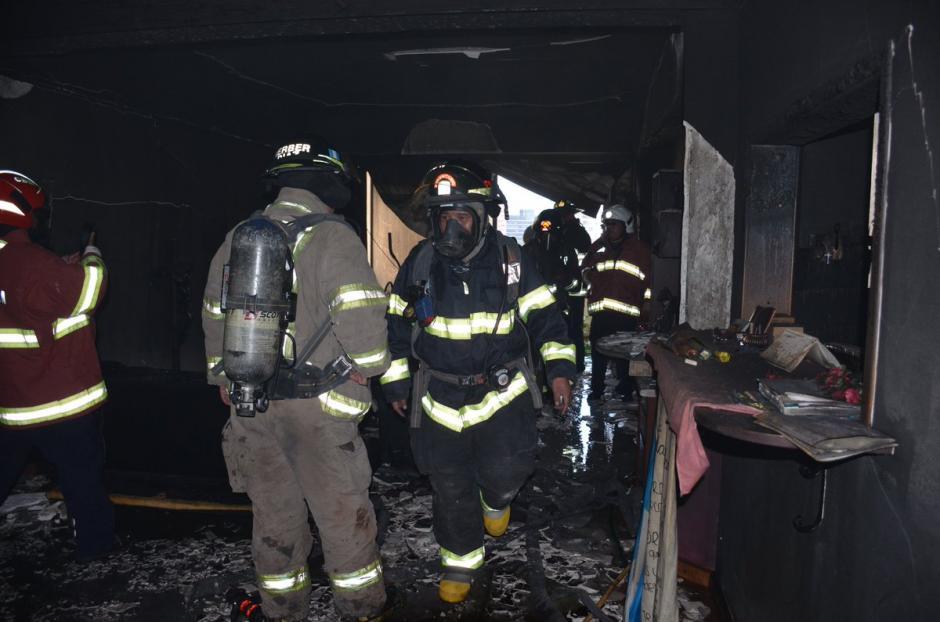 Los Bomberos Voluntarios trabajan en el descombramiento del lugar. (Foto: Bomberos Voluntarios)
