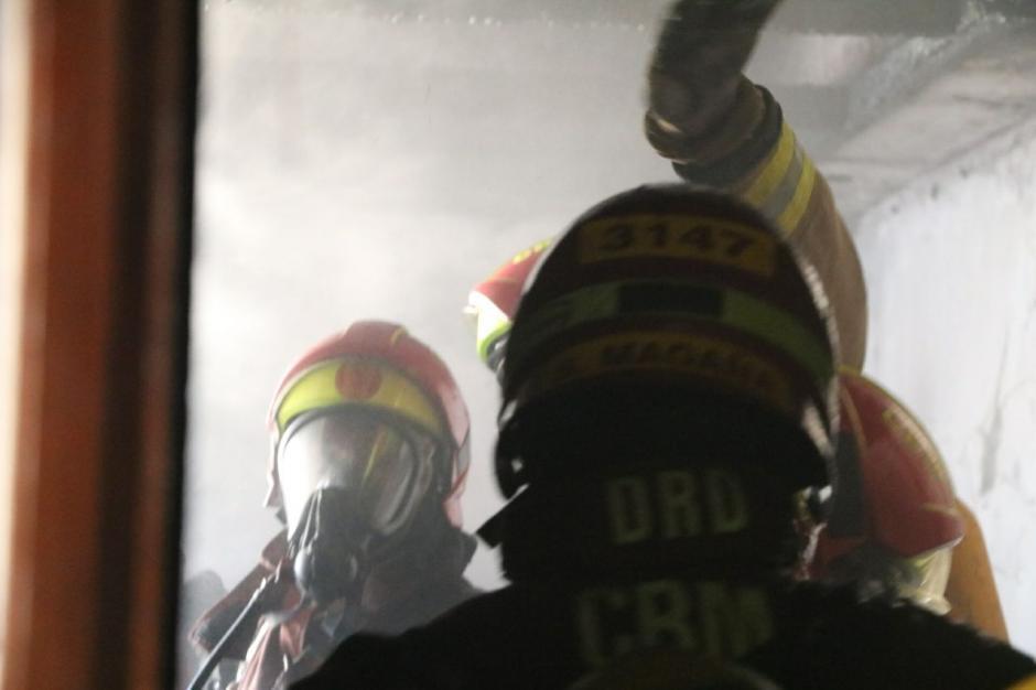 Los Bomberos Municipales aún trabajan en la ventilación del lugar. (Foto: Bomberos Municipales)