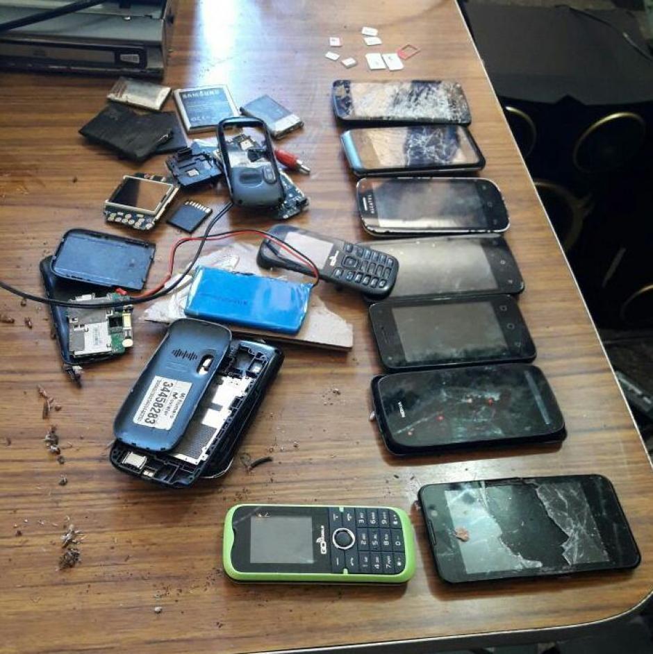 Además de celulares, las autoridades encontraron varios accesorios. (Foto: Sistema Penitenciario)