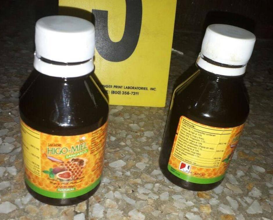 Dentro de los frascos de jarabe fue encontrada cocaína. (Foto: PNC)