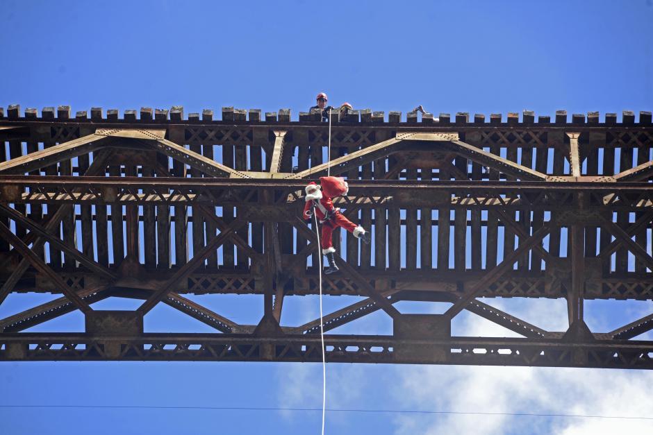 """Cada 23 de diciembre, el """"Santa Claus de los pobres"""" baja del puente """"Las Vacas"""". (Foto: Wilder López/Soy502)"""