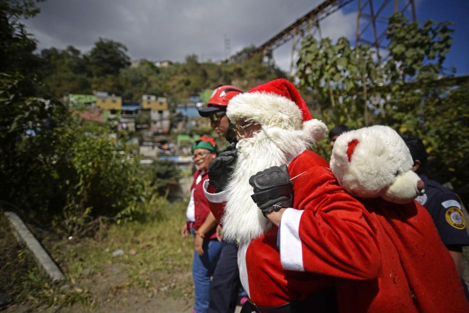 """El """"Santa Claus de los pobres"""" visita cada año el asentamiento Jesús de la Buena Esperanza. (Foto: Wilder López/Soy502)"""