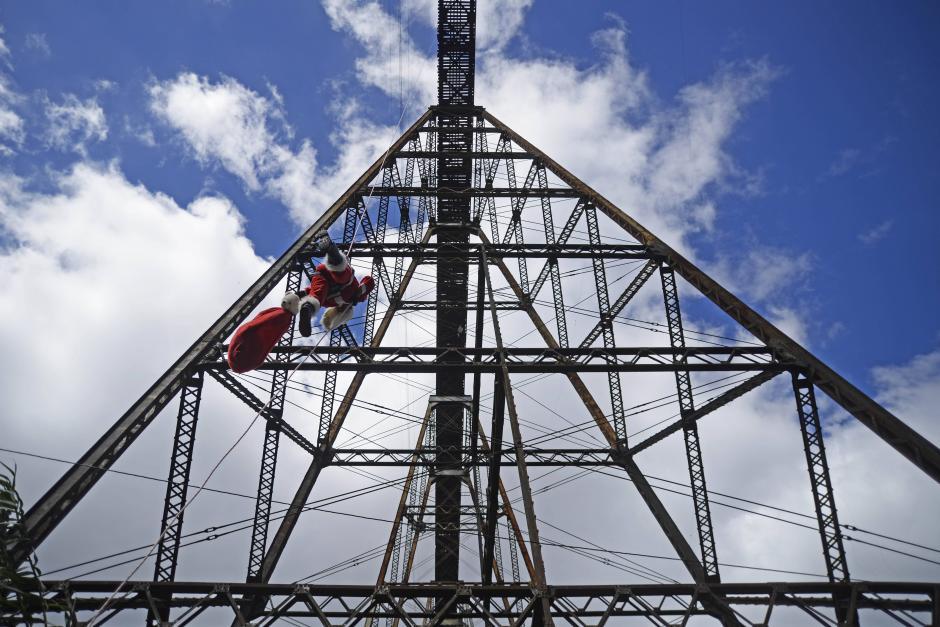 """El """"Santa Claus de los pobres"""" baja de casi 75 metros. (Foto: Wilder López/Soy502)"""