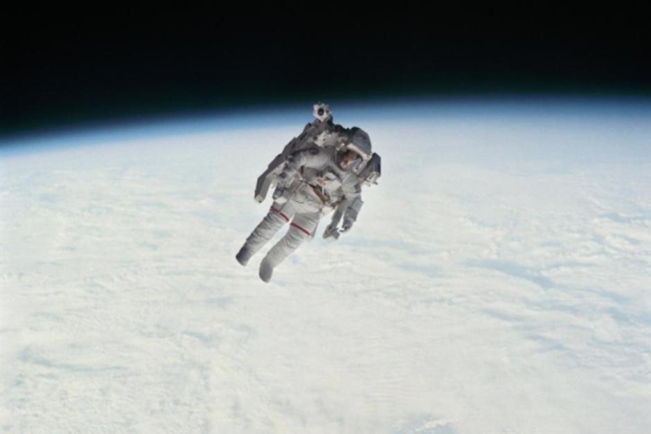 Astronauta Flotando En El Espacio Exterior: Muere El Primer Astronauta En Flotar Libremente Por El