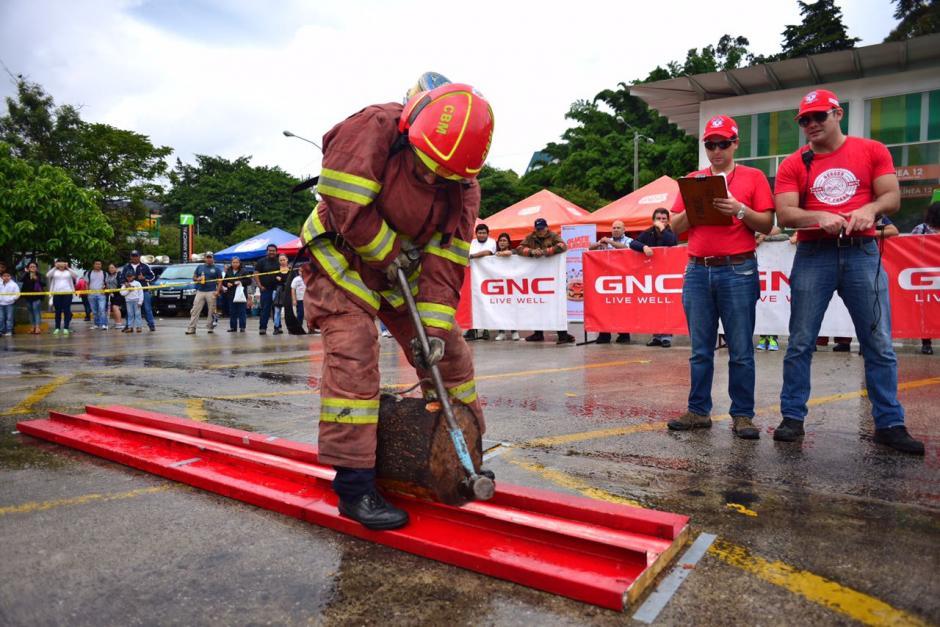 Los bomberos también usaron herramientas. (Foto: Jesús Alfonso/Soy502)