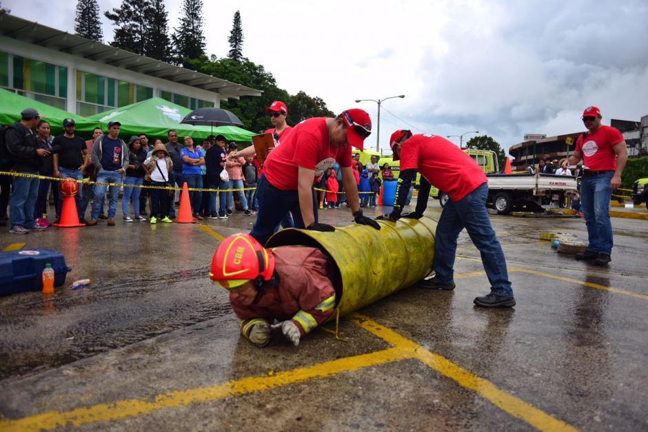 Los bomberos realizan las pruebas con todo el equipo puesto. (Foto: Jesús Alfonso/Soy502)