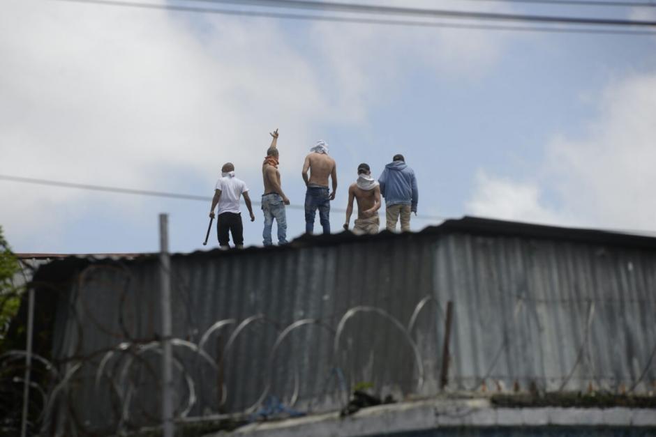 Con ropa diferente al uniforme, varios internos intentan escapar. (Foto: Wilder López/Soy502)