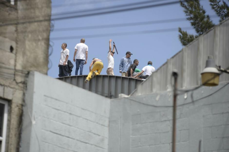 Varios internos siguen en los techos del recinto. (Foto: Wilder López/Soy502)