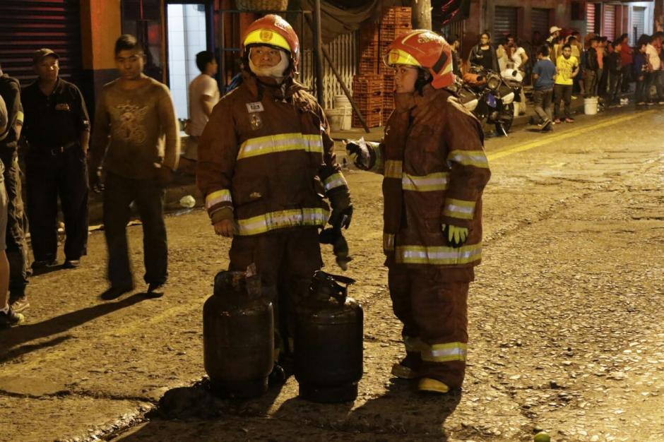 Los socorristas sacaron del lugar varios tambos de gas propano. (Foto: Alejandro Balán/Soy502)