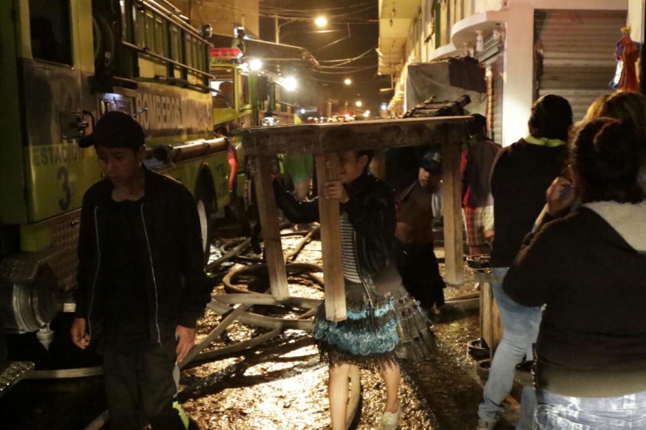 Los comerciantes trataron de rescatar algunas de sus pertenencias. (Foto: Alejandro Balán/Soy502)