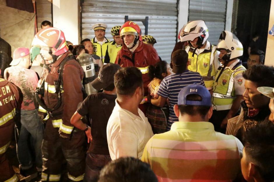 Bomberos Municipales, Voluntarios y la Cruz Roja trabajaron en el lugar. (Foto: Alejandro Balán/Soy502)
