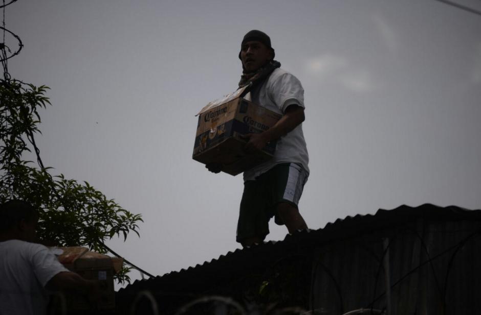 Los jóvenes robaron cervezas ante la mirada de las autoridades. (Foto: Wilder López/Soy502)