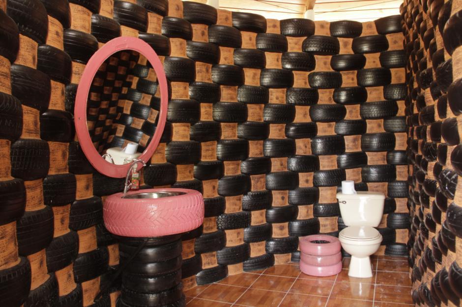 Otro de sus proyectos ha sido construir un baño a base de neumáticos. (Foto: Fredy Hernández/Soy502)
