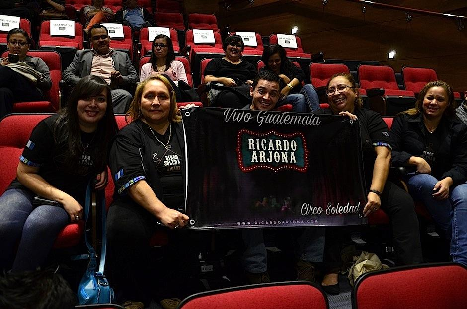 Fanáticos guatemaltecos asistieron a ver el proyecto completo en exclusiva. (Foto: Selene Mejía/Soy502)